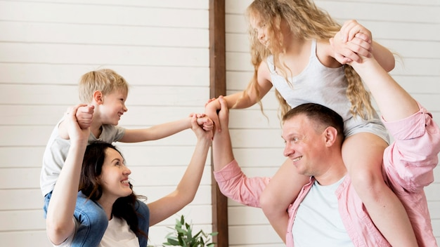 Padres con niños en hombros