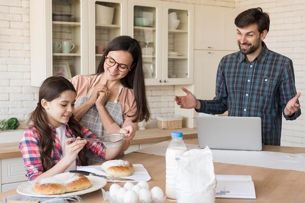 Padres orgullosos de cocinar niña