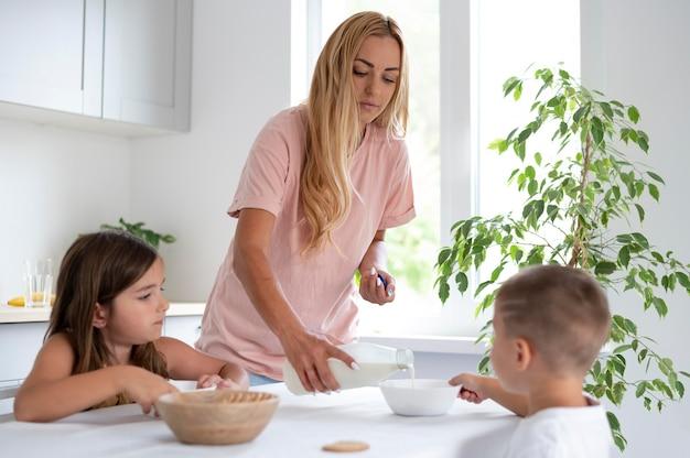 Los padres pasan tiempo de calidad con sus hijos.