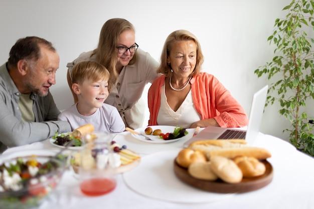 Los padres pasan tiempo con su hija y su nieto en casa.