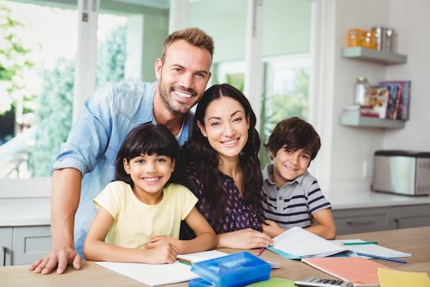 Padres que ayudan a los niños a hacer la tarea