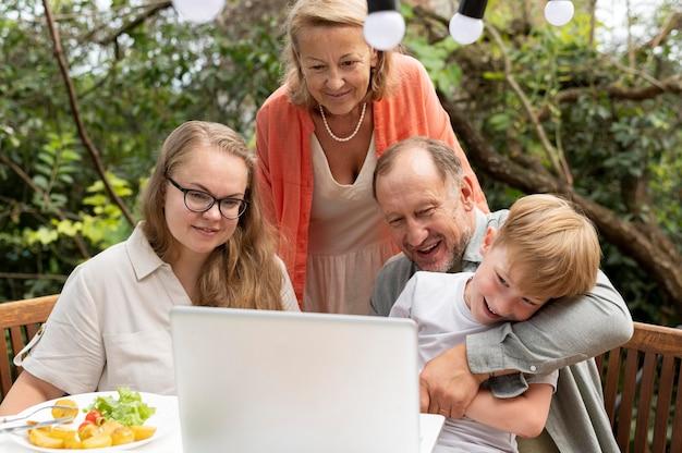 Padres que pasan tiempo con su hija y su nieto.