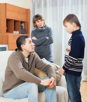 Padres regañando hijo adolescente