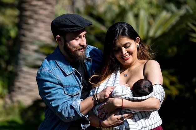 Los padres sostienen al niño en sus brazos