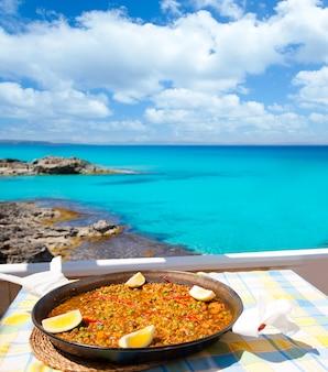 Paella de comida mediterránea de arroz en las islas baleares.