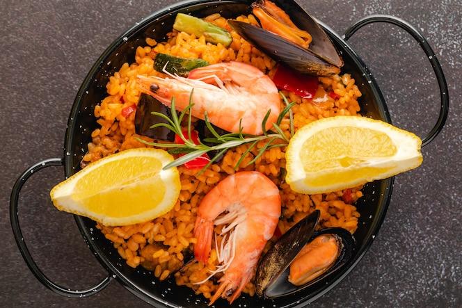 Paella comida tradicional española, servida en plato de tapa