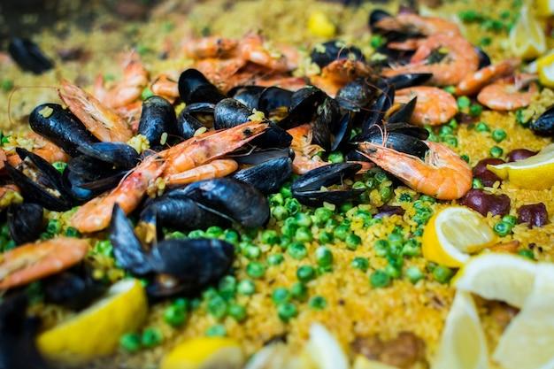 Paella española con gambas, mejillones y guisantes