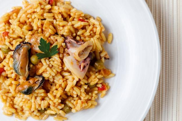 Paella española de marisco y verduras