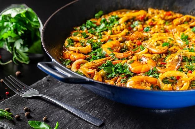 Paella española con mariscos.