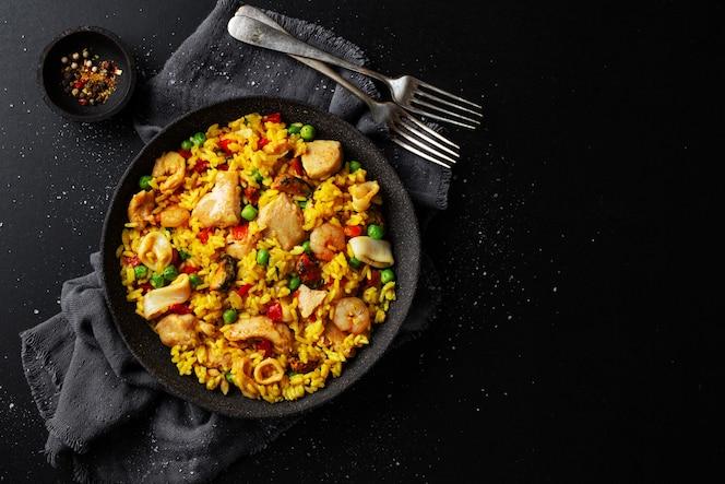 Paella española en plato sobre mesa
