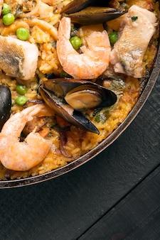 Paella de marisco tradicional en la sartén