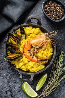 Paella de mariscos con langostinos o gambas y mejillones