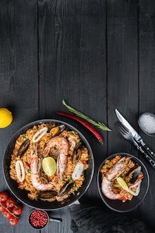 Paella de pollo y mariscos con arroz en sartén