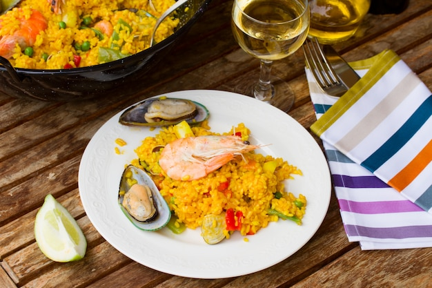 Paella servida en plato