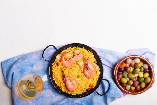 Paella tradicional española con mariscos. preparado en sartén tradicional