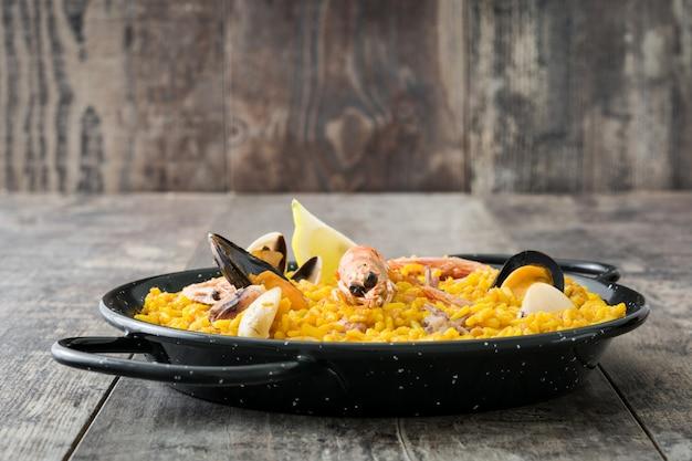 Paella tradicional española de mariscos