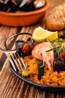 Paella tradicional española con mariscos