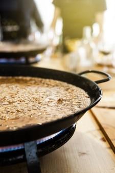 Paellera con comida tradicional española preparada generalmente con arroz, carne, mariscos.