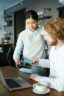 Pagando con la aplicación de teléfono inteligente