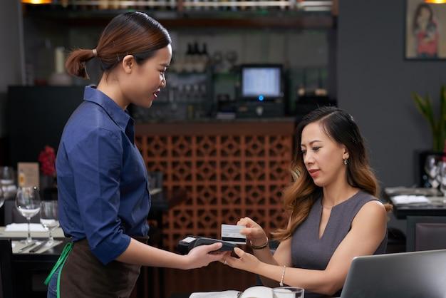 Pagando cafe