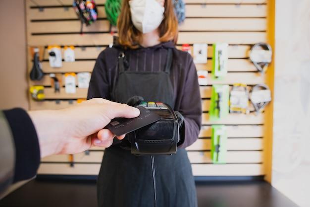 Pagando con tarjeta de crédito en una pequeña tienda local.