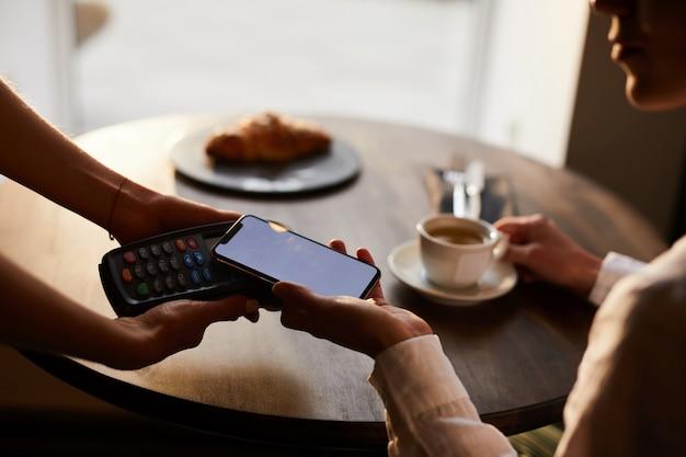 Pagando a través de teléfono inteligente