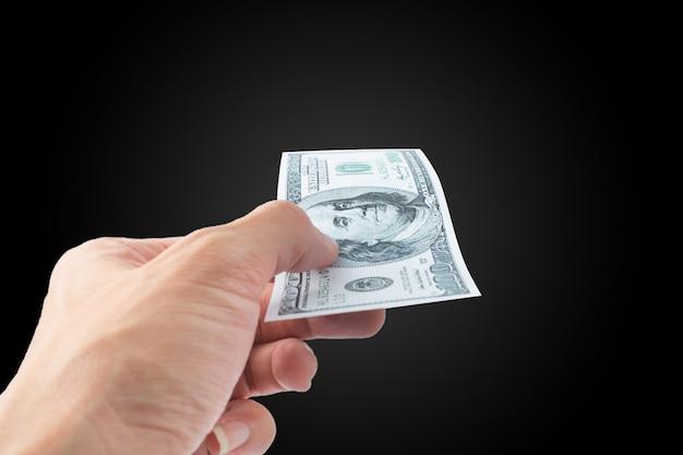 Pagar dinero billete de dólar sobre fondo negro