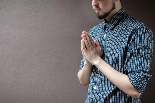 Pagar respeto concepto de oración por la fe espiritualidad y religión fondo gris.