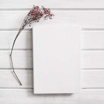 Página al lado de flor
