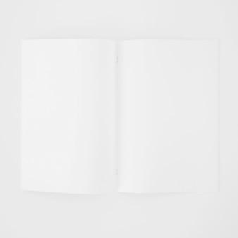 Una página blanca en blanco abierta sobre fondo blanco