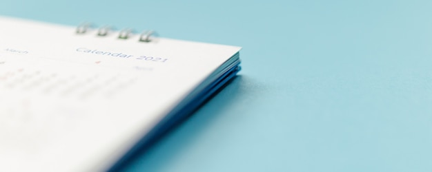 Página de calendario 2021 sobre fondo azul concepto de reunión de cita de planificación empresarial