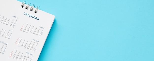 Página de calendario de cerca sobre fondo azul concepto de reunión de cita de planificación empresarial