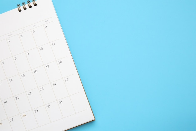 Página de calendario de cerca sobre la superficie azul