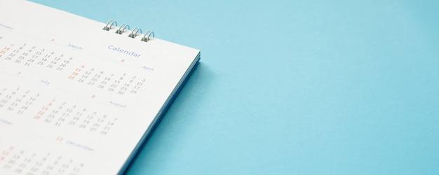 Página de calendario sobre fondo azul concepto de reunión de cita de planificación empresarial