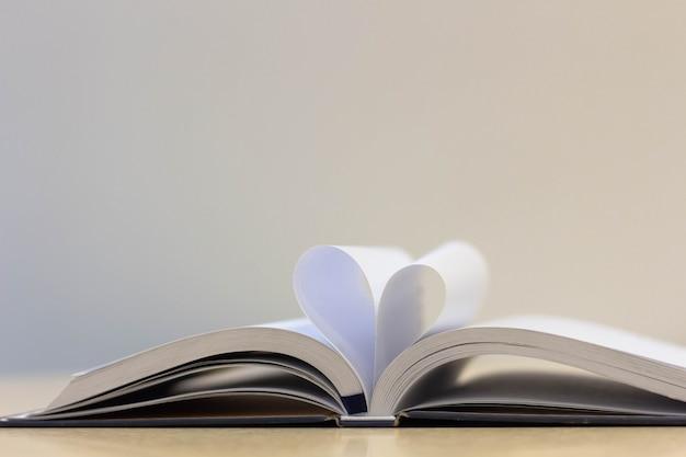 Página de libro en forma de corazón, libro de lectura de amor
