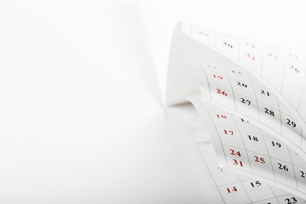 Las páginas del calendario cierran tiempo de negocios