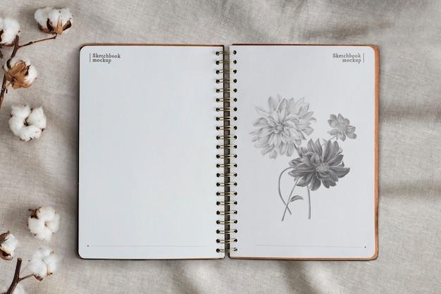 Páginas de cuaderno vacías sobre fondo floral