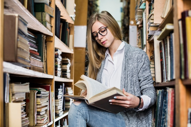 Páginas de libros que cambian de estudiante