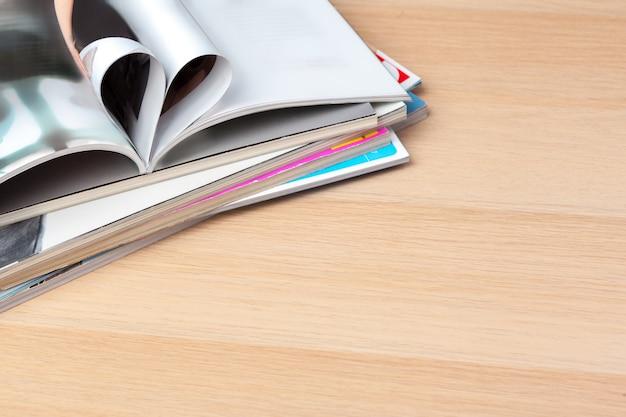 Páginas del libro curvadas en forma de corazón, de cerca