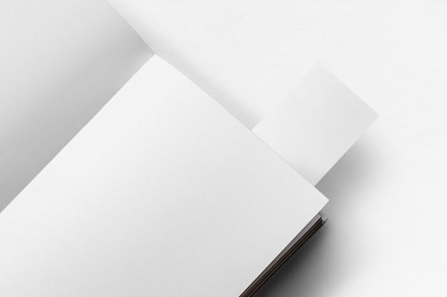 Páginas de libro mínimas con marcador