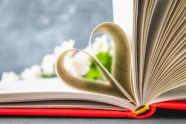 Las páginas del libro en la tapa roja están hechas en forma de corazón.