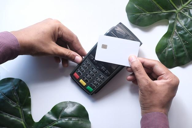 Pago sin contacto con terminal de pago que se carga desde una tarjeta
