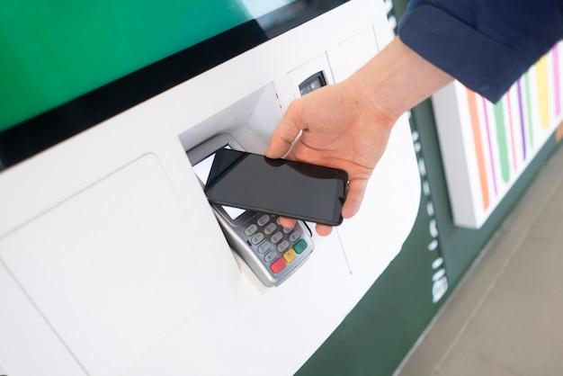 Un pago sin efectivo con teléfono a terminal pos con tecnología nfc
