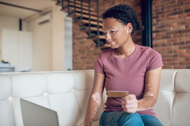Pago online. linda mujer joven haciendo pago en línea por crédito crad