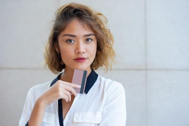 Pago positivo hermoso de la publicidad de la muchacha asiática