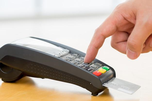 Pago con tarjeta de crédito, compra y venta de productos y servicios.