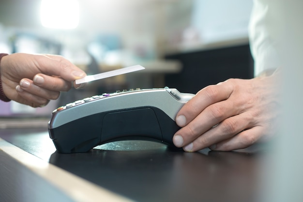 Pago con tarjeta de crédito sin contacto con tecnología nfc