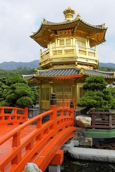 Pagoda dorada con puente rojo