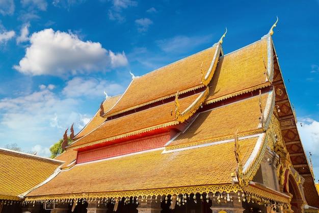 Pagoda dorada wat phra that doi suthep en chiang mai, tailandia