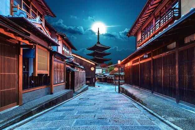 Pagoda yasaka y sannen zaka street en kyoto, japón.